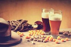 Стекла пива, веревочки, шариков сыра, пустой бутылки и гаек фисташки Стоковое Изображение