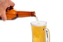 стекла пива и пивной бутылки изолированных на белой предпосылке Стоковые Изображения