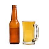 стекла пива и пивной бутылки изолированных на белой предпосылке Стоковое Изображение RF