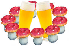 2 стекла пива и 10 пластинчатых грибов мухы Стоковое Фото