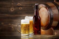 стекла пива пустые полные одна секунда стоковое фото