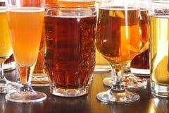 стекла пива пустые полные одна секунда Стоковые Фотографии RF