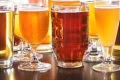 стекла пива пустые полные одна секунда Стоковые Фото