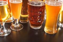 стекла пива пустые полные одна секунда Стоковая Фотография