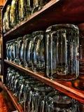 стекла пива пустые полные одна секунда стоковые изображения rf