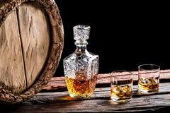 2 стекла постаретого вискиа и старого бочонка Стоковые Изображения RF