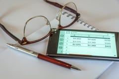 Стекла ручки, и умный телефон Стоковые Фотографии RF