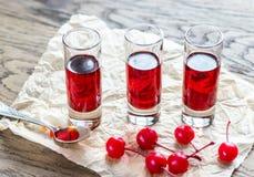 Стекла рябиновки вишни с вишнями коктеиля Стоковая Фотография RF