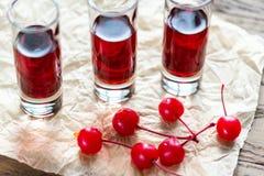 Стекла рябиновки вишни с вишнями коктеиля Стоковые Фото