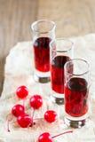 Стекла рябиновки вишни с вишнями коктеиля Стоковая Фотография