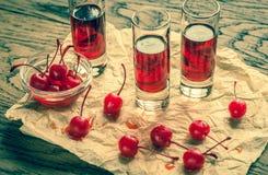 Стекла рябиновки вишни с вишнями коктеиля Стоковое Изображение