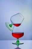 2 стекла рябиновки или коньяка и бутылки на таблице Стоковое Изображение RF