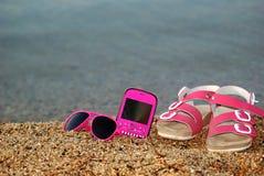 Стекла, сандалии и сотовый телефон Стоковое фото RF
