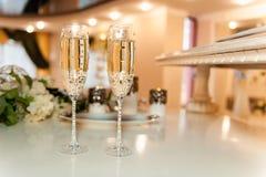 Стекла свадьбы заполненные с шампанским на банкете Стоковая Фотография
