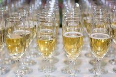 Стекла свадьбы заполнили с шампанским, готовым быть послуженным Стоковая Фотография RF