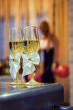 Стекла свадьбы на таблице Стоковое Изображение RF