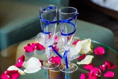 Стекла свадьбы с голубой лентой Стоковая Фотография RF