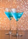 Стекла свежего голубого коктеиля с льдом на таблице бара Стоковое Фото