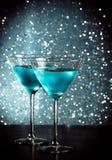 Стекла свежего голубого коктеиля с льдом на таблице бара Стоковые Фото