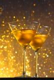 Стекла свежего коктеиля с льдом на таблице бара Стоковое фото RF