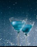 Стекла свежего коктеиля с льдом на таблице бара Стоковая Фотография