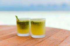 Стекла свежих сока или коктеиля на пляже Стоковая Фотография RF