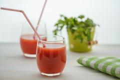 2 стекла сока и петрушки томата Стоковые Фото