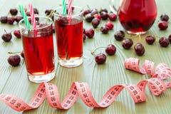 2 стекла сока и сантиметра вишни Стоковая Фотография