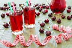 2 стекла сока и сантиметра вишни Стоковые Изображения RF