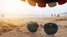 Стекла Солнця на пляже в лете греют на солнце, ослабляют концепция Стоковые Изображения RF