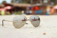 Стекла Солнця на пляже Стоковое фото RF