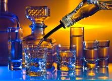 Стекла с алкогольными напитками на стеклянном столе в баре стоковое изображение rf