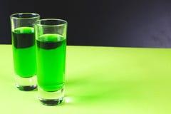 2 стекла сладостной спиртной зеленой настойки Стоковые Фото