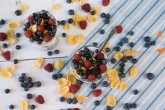 2 стекла с легким десертом лета Стоковая Фотография RF