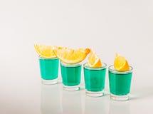 Стекла с зеленым камикадзе, блестящие пить, poure смешанного питья Стоковая Фотография