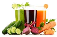 Стекла с свежими vegetable соками на белизне стоковое фото rf