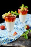 Стекла с светлым сметанообразным десертом и ягодами Стоковое Фото