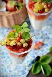 Стекла с светлым сметанообразным десертом и ягодами Стоковые Изображения RF