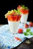 Стекла с светлым сметанообразным десертом и ягодами Стоковые Фото