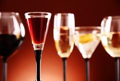Стекла с сортированными алкогольными напитками Стоковые Изображения
