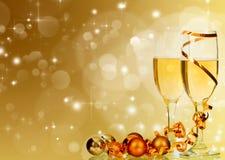 Стекла с шампанским и украшением рождества на сверкнать hol Стоковые Фото