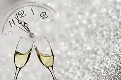 Стекла с шампанским и часами близко к полночи Стоковое Изображение