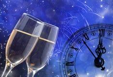 Стекла с шампанским и часами близко к полночи Стоковое фото RF