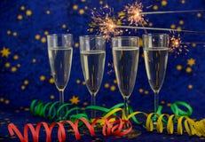 Стекла с шампанским против светов праздника Стоковые Фото