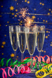 Стекла с шампанским против светов праздника Стоковое Изображение RF