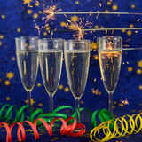Стекла с шампанским против светов праздника Стоковые Фотографии RF