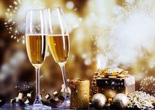 Стекла с шампанским против светов праздника Стоковые Изображения