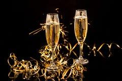 Стекла с шампанским против светов праздника Стоковая Фотография