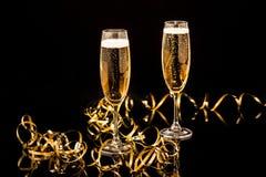 Стекла с шампанским против светов праздника Стоковые Изображения RF