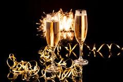 Стекла с шампанским против светов праздника Стоковая Фотография RF